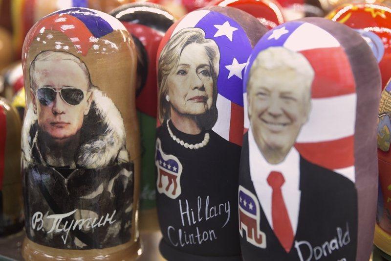2016年的美國總統大選中,選前聲勢驚人的民主黨候選人希拉蕊(中),意外敗給共和黨的川普(右)。 圖/美聯社