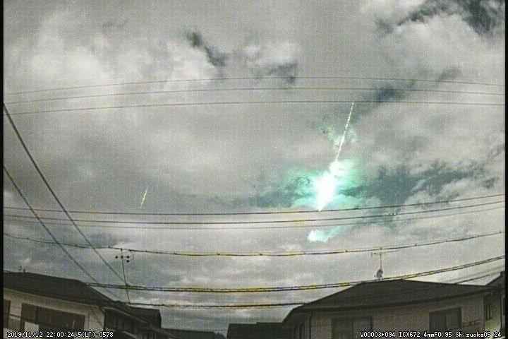 許多網友在Twitter上貼出自己拍攝到的「火球」畫面。圖/Twitter
