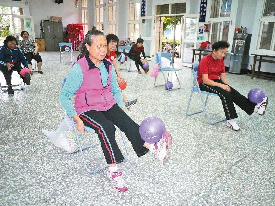 股四頭肌可以用坐在椅子練抬腿的方式訓練。 圖/本報資料照片