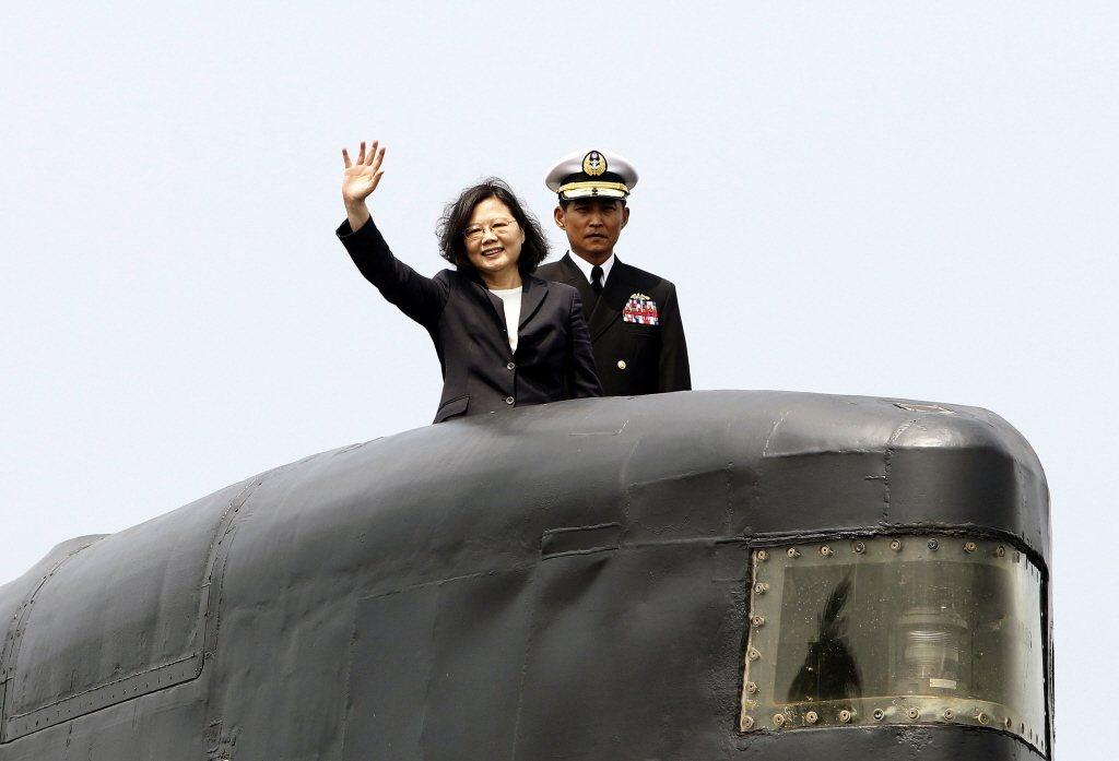 2017年3月,蔡英文總統前往高雄左營海軍基地,主持潛艦國造簽約儀式,並登上「海虎」潛艦。 圖/美聯社