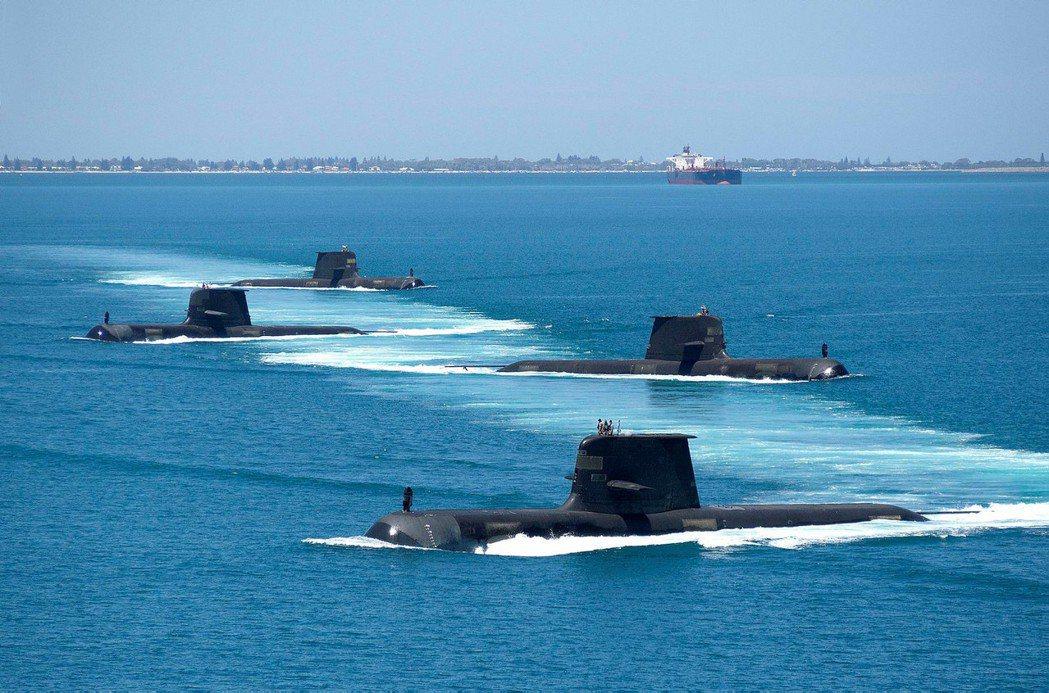 柯林斯潛艦計畫遭遇計畫延遲與不斷超支問題,被許多人視為醜聞。但也有澳洲潛艦計畫相關人士認為,有水面艦隊軍官不滿潛艦計畫搶奪預算,持續向媒體爆料才是公眾印象低落的主因。 圖/取自澳洲海軍