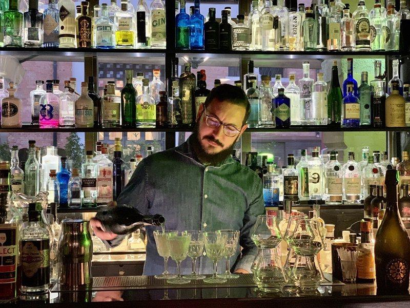 義大利人喜歡在下班後到酒吧小酌一杯。※ 提醒您:禁止酒駕 飲酒過量有礙健康 圖/...