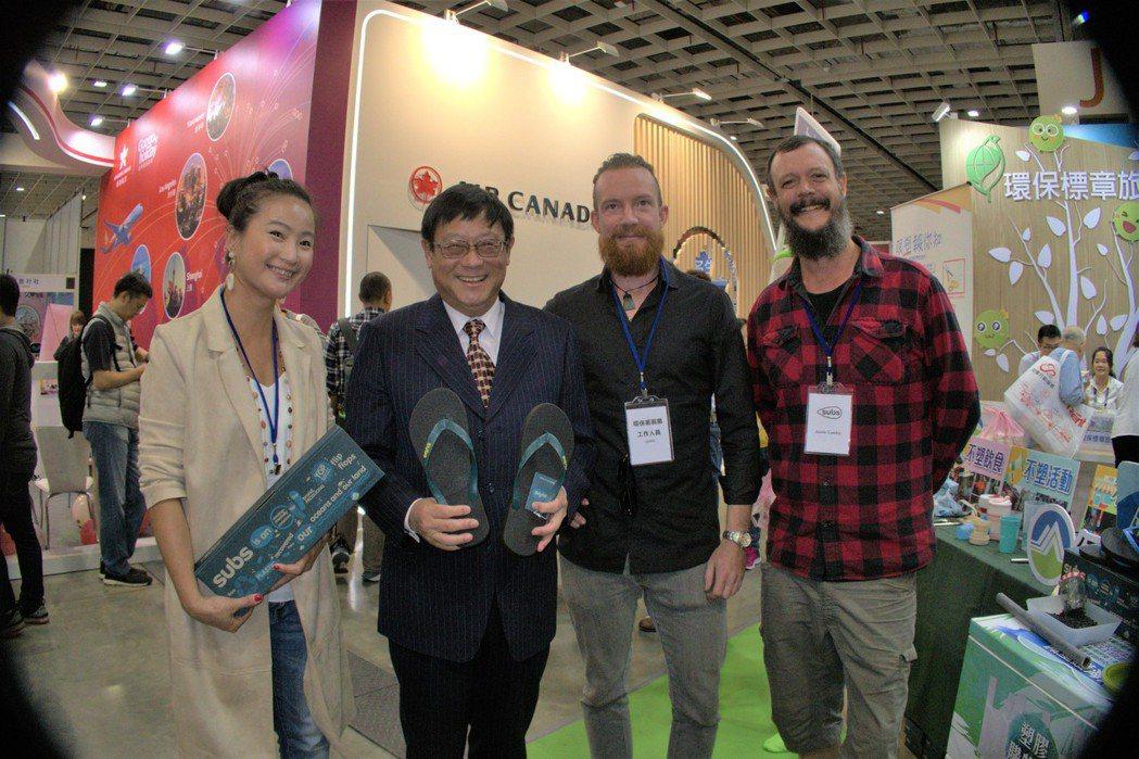 環保署長張子敬參觀台北國際旅展,與環保署主題館參展商代表合影。 李炎奇/攝影