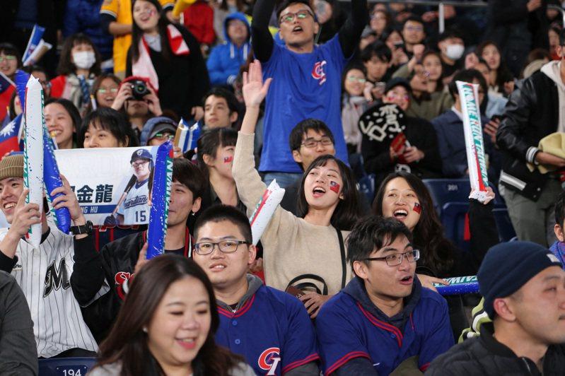 中華棒球協會秘書長林宗成今天表示,最快11、12月進行六搶一資格賽,最慢明年一月打完比賽,這是世界棒壘球總會(WBSC)的初步看法。 中央社