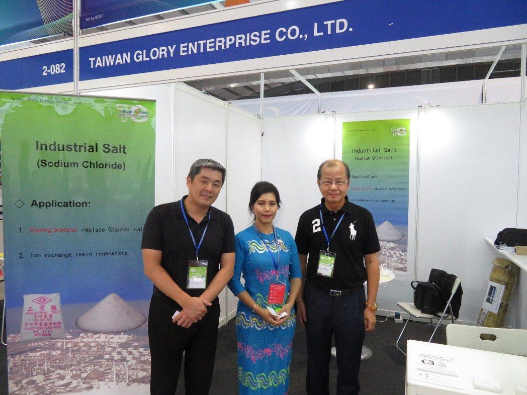 緬甸紡織協會(MTMA)秘書長Yin Yin Moe(中)拜訪台灣群耀公司。 紡...