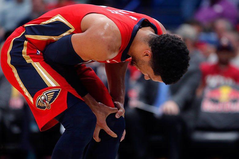 隊友威廉森一場正式比賽都還沒打就要動刀,鵜鶘後衛哈特發現他的膝蓋可能也受傷了,當...