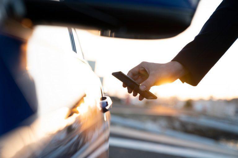 即使電池電量太低而無法啟動智慧手機,也可以使用數位鑰匙。 圖/BMW提供
