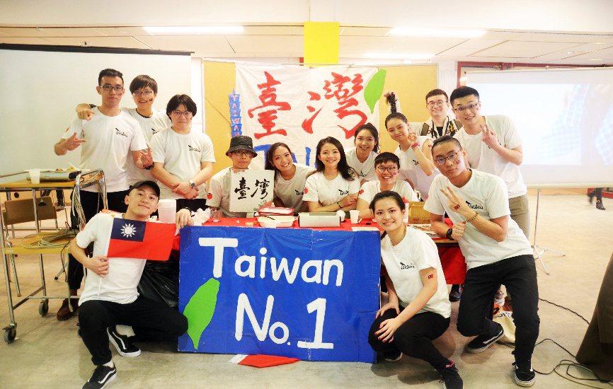中央大學學生前往瑞典林雪平大學姐妹校海外學習,透過「國際週」宣傳台灣,增進文化交...