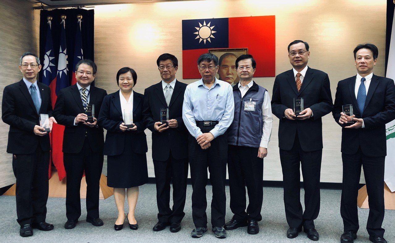 元大銀行獲「台北市績優健康職場評選」第四名,由市長柯文哲頒獎。圖/元大銀行提供