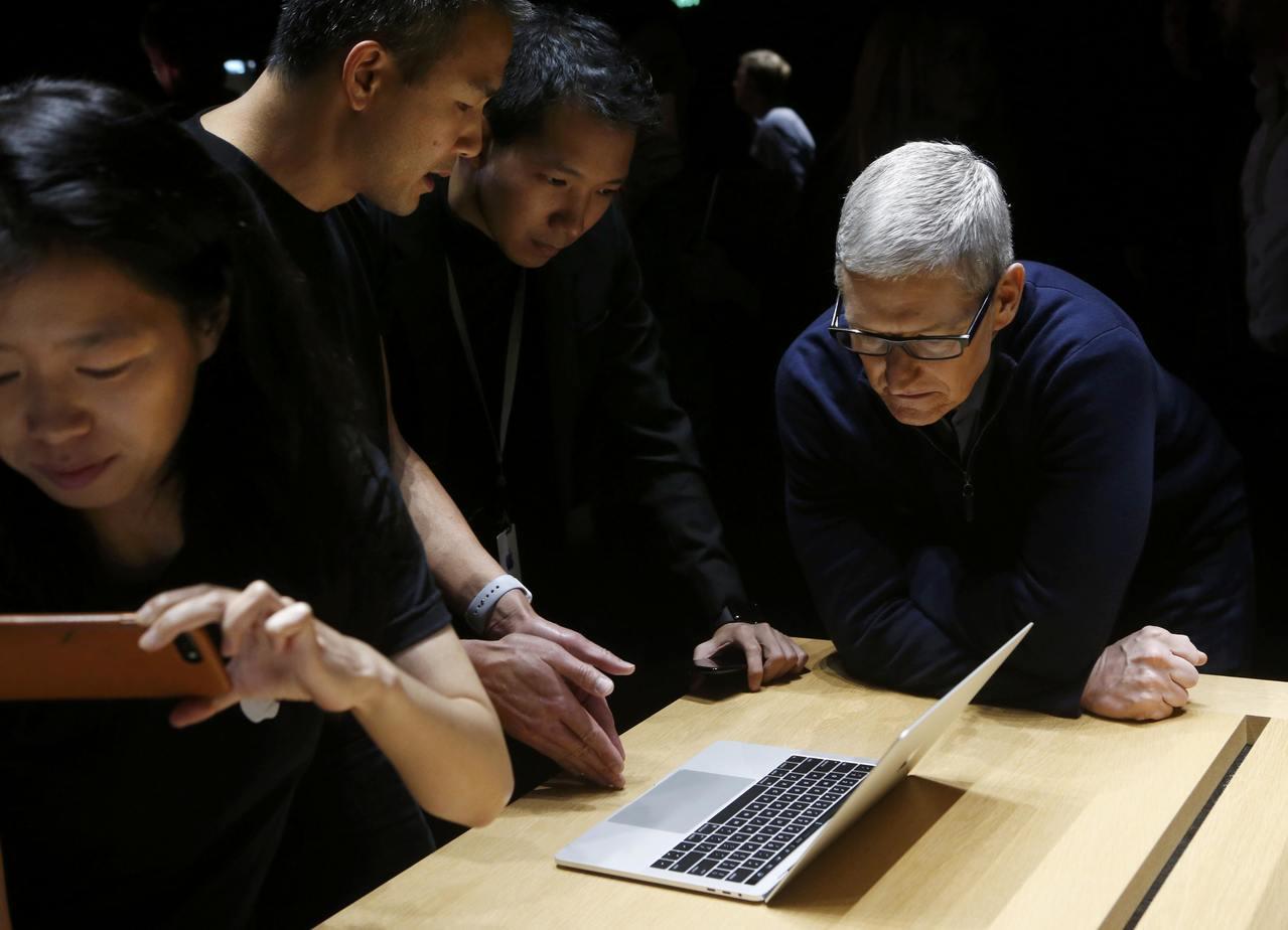 三年前當時新款MacBook Pro發表會上,蘋果執行長庫克(右)看著同仁示範操...