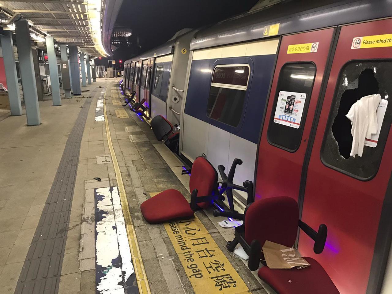 因前一晚列車收班後遭示威者闖入破壞,港鐵東鐵線13日全線停駛。(港鐵提供)