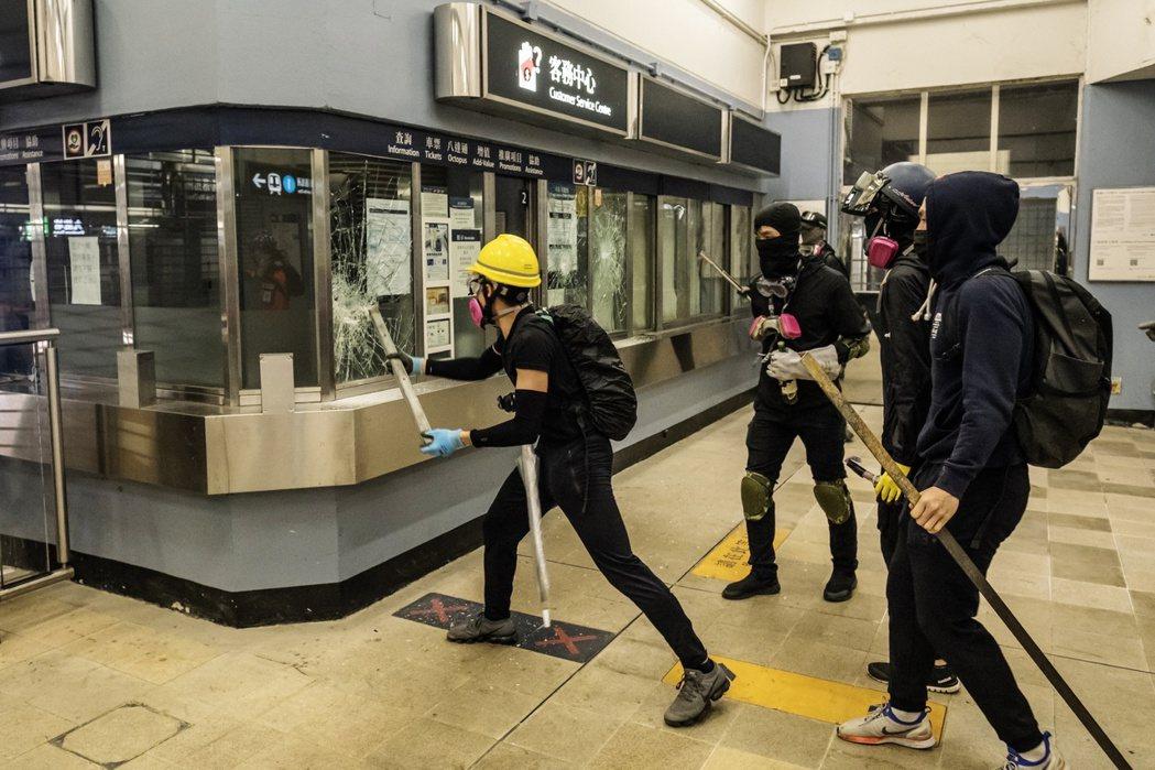 香港抗爭活動愈演愈烈,當局擔心引發大規模資本外逃。  圖/彭博資訊