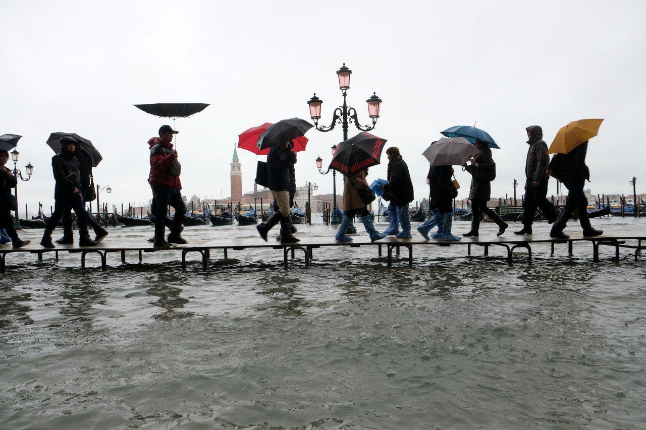 威尼斯聖馬可廣場淹水。路透