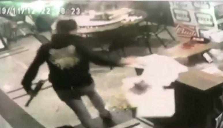 7名年輕人紛持球棒砸店。記者林昭彰/翻攝