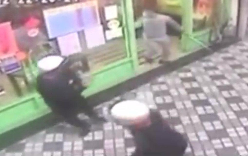 7名年輕人砸店之後魚貫逃出。記者林昭彰/翻攝