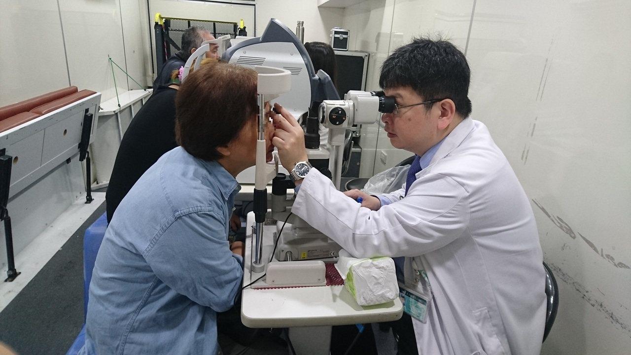 糖尿病友持醫師開立轉診單到相關合約眼科院所檢查,就可享免掛號費及好禮。圖/新北市...