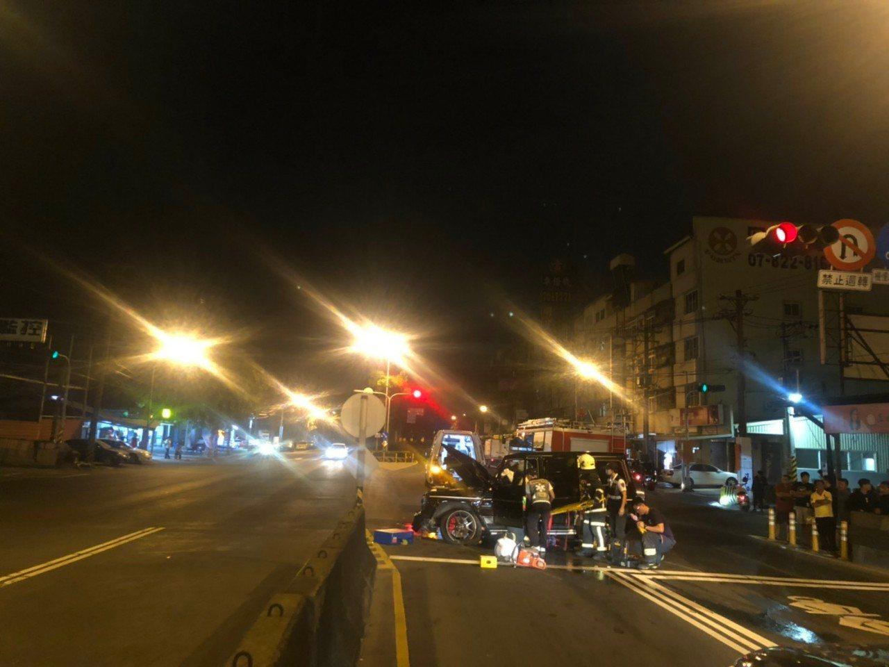 又是酒駕!高雄黃姓男子昨晚開著價值約800萬的車輛,撞上陸橋護欄,車輛打滑了百公...