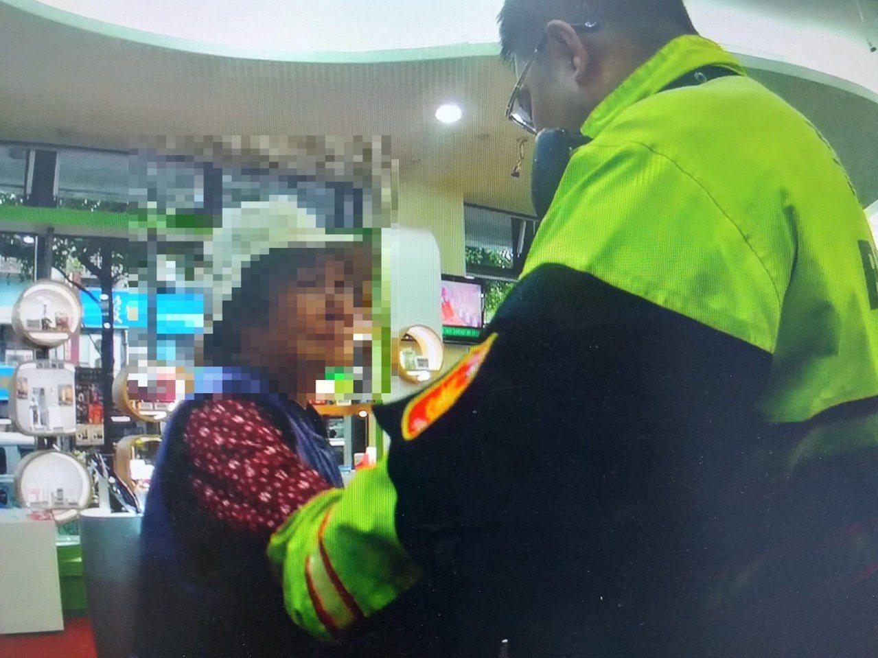 松山分局三民派出所警員白曉帆,日前成功攔阻陳姓婦人遭詐騙。記者蔡翼謙/翻攝
