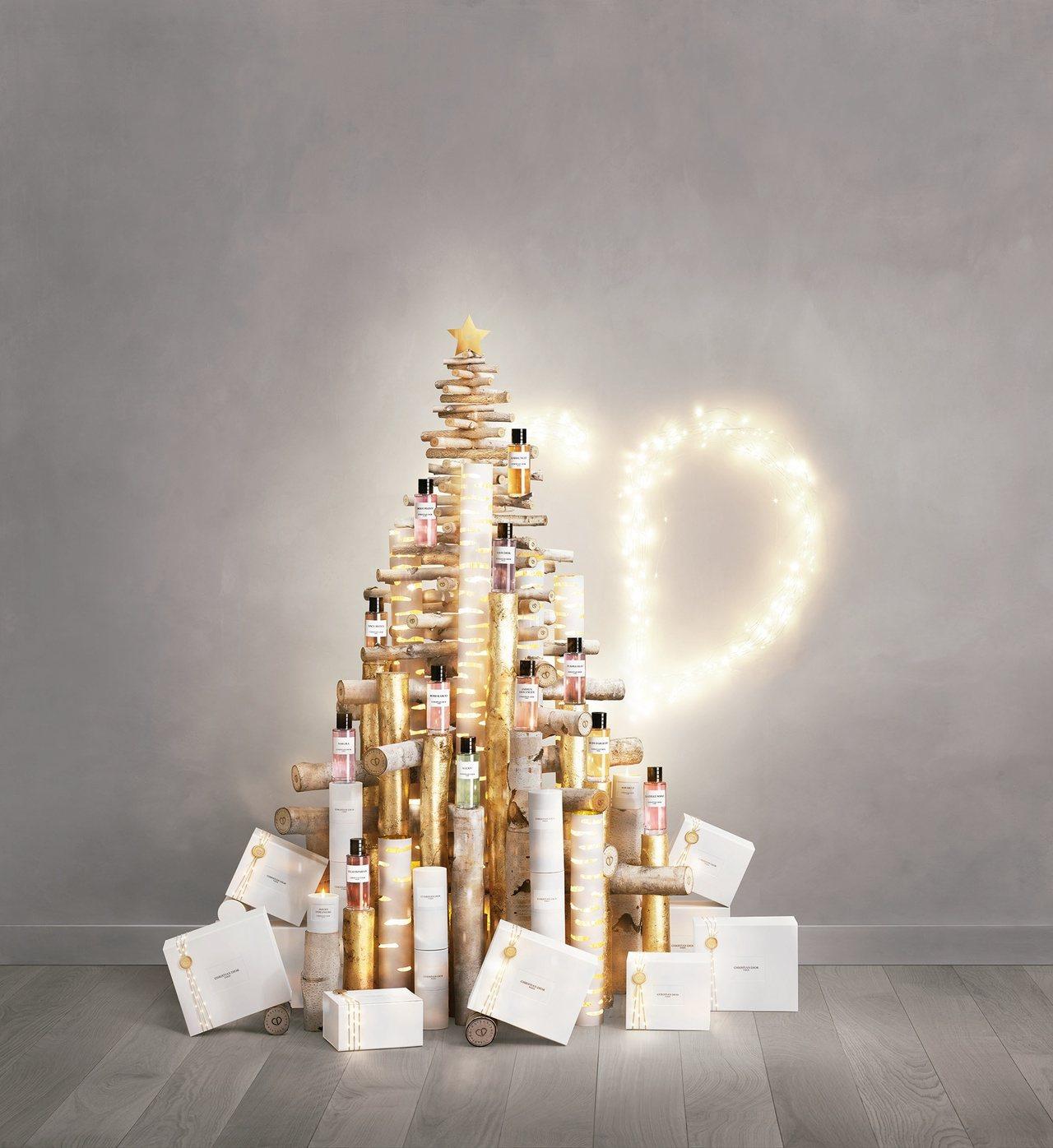 迪奧耶誕倒數日曆內含12款香氛、4款香氛蠟燭、3款潤膚乳霜、2款香氛皂、3款香氛...