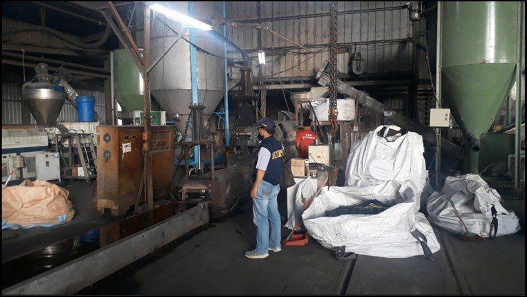 高雄市環保局稽查路竹區大仁路地下塑膠回收工廠,查獲業者直接將製程廢氣抽出至外面煙...