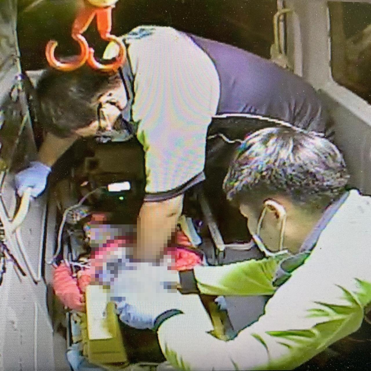 消防員幫謝童急救送醫。記者王駿杰/翻攝