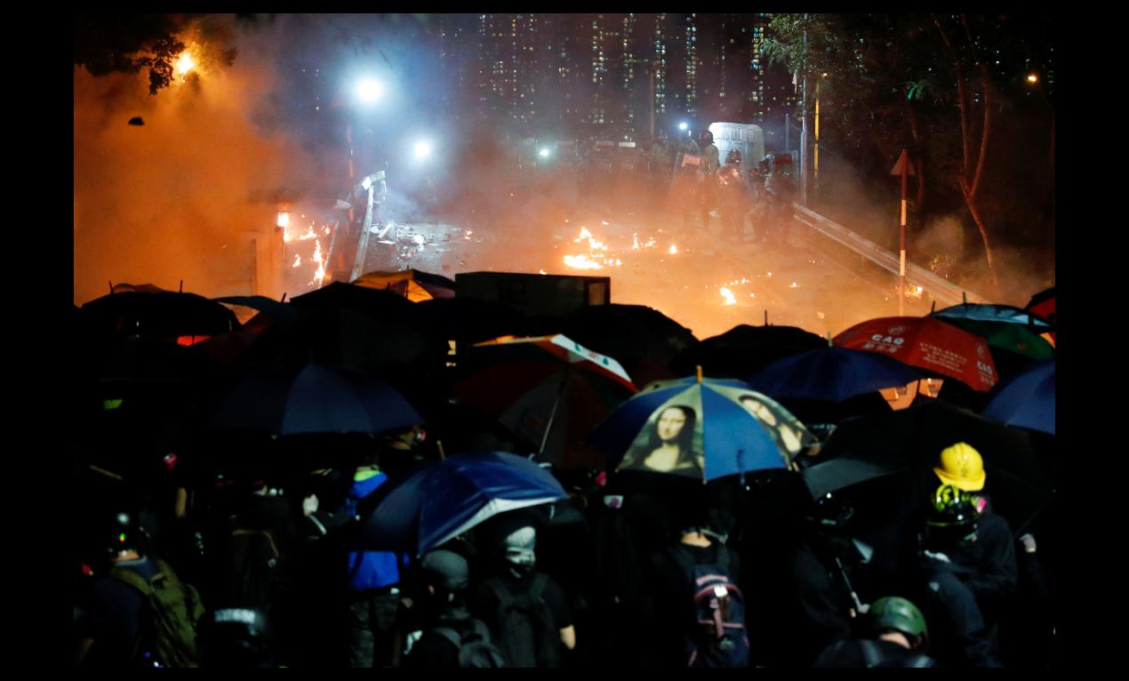 香港中文大學12日晚間爆發抗爭者與警方的嚴重衝突,場面宛如戰場。(路透)