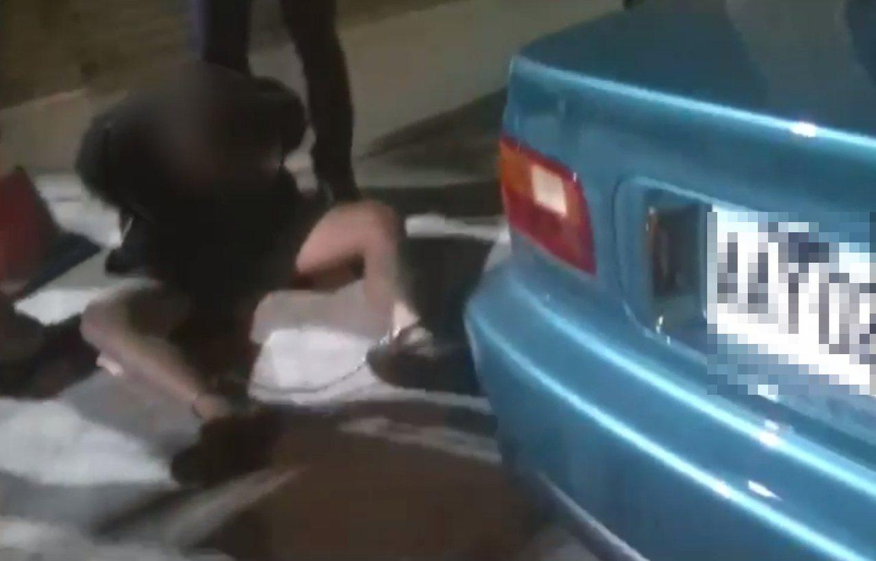 蔡嫌逃逸5天之後,在桃園地區駕駛另1輛綠車贓車,被警方逮捕歸案。記者林昭彰/翻攝