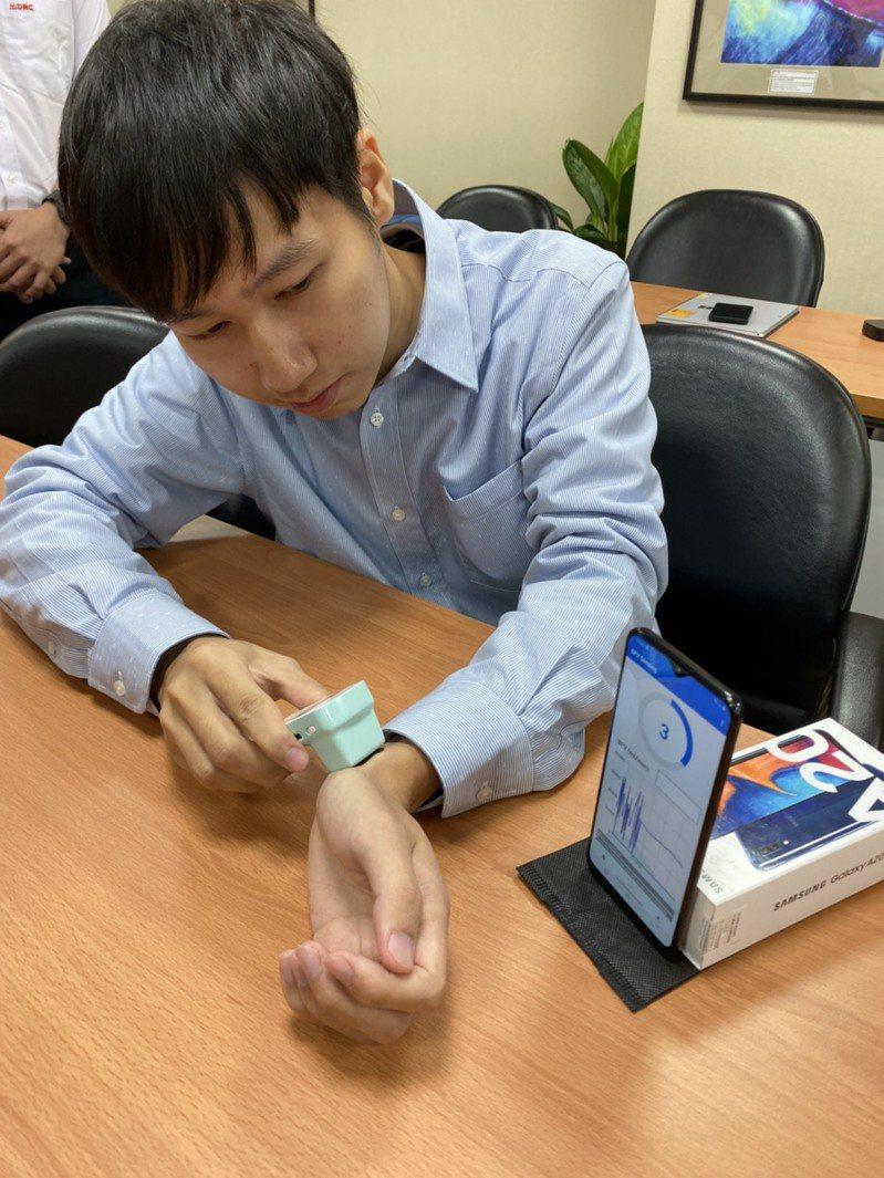 感測器是以光學感應皮下血管傳來的訊號,藉由量測血管的光體積變化描記圖訊號(PPG),來偵測血管血流情況。記者簡浩正/攝影