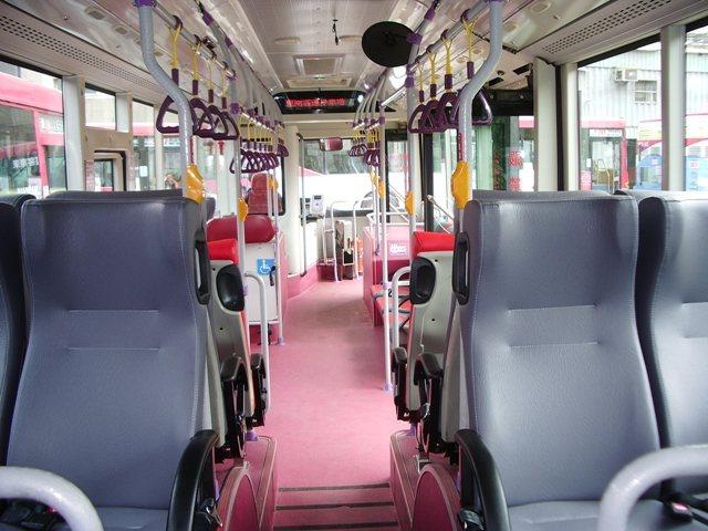 高雄東南客運鄭姓司機去年疑為了教育乘客不要在行進間起身付車資,涉突然煞車,害乘客...