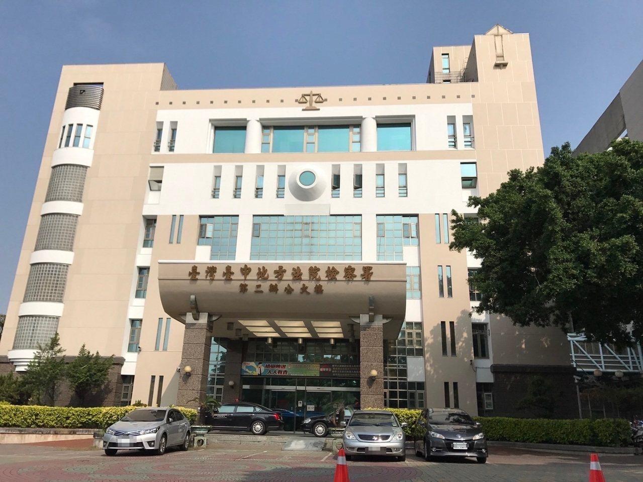 台中市林姓男子涉嫌在上月間在香港行搶2只名表,檢警前天逮人,昨天上午以加重強盜罪...
