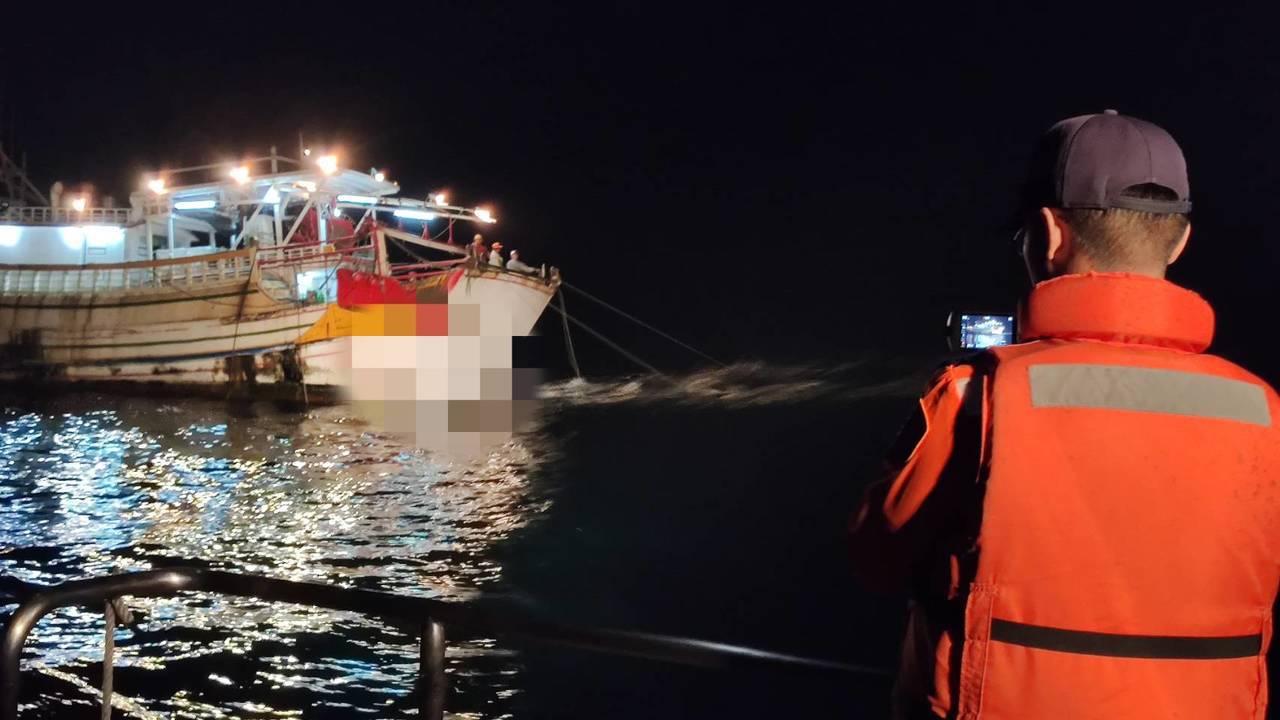 海巡署第十三(布袋)海巡隊凌晨在布袋鎮好美里外海9.5浬處海域,查獲1艘高雄籍拖...