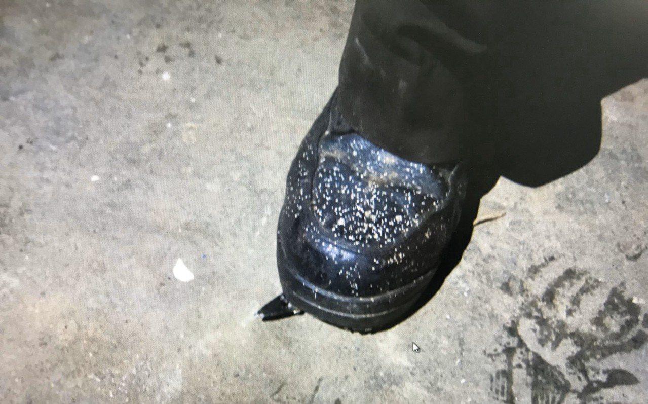 李男在皮鞋右腳下方用膠帶黏貼銳利鐵片,連續踢破好幾輛車輪胎。記者曾健祐/翻攝