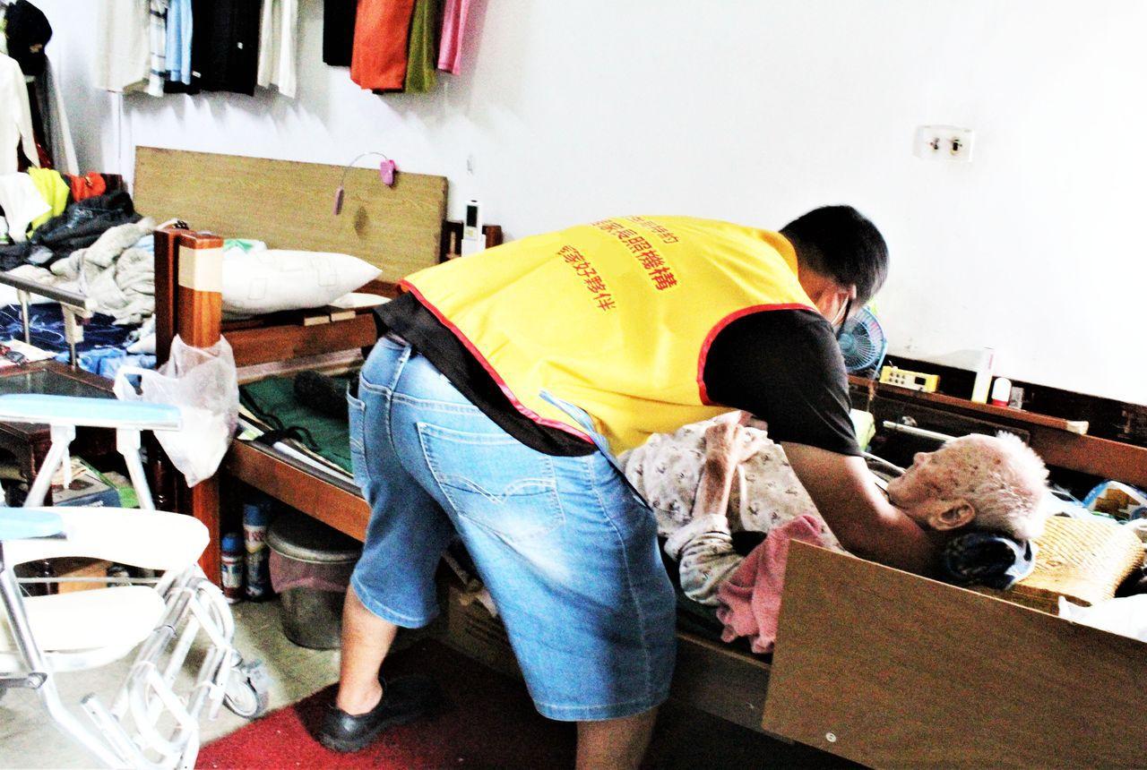 陳阿公接受居家照顧服務,由居家服務人員到宅,協助陳阿公洗熱水澡,並且幫陳阿公按摩...