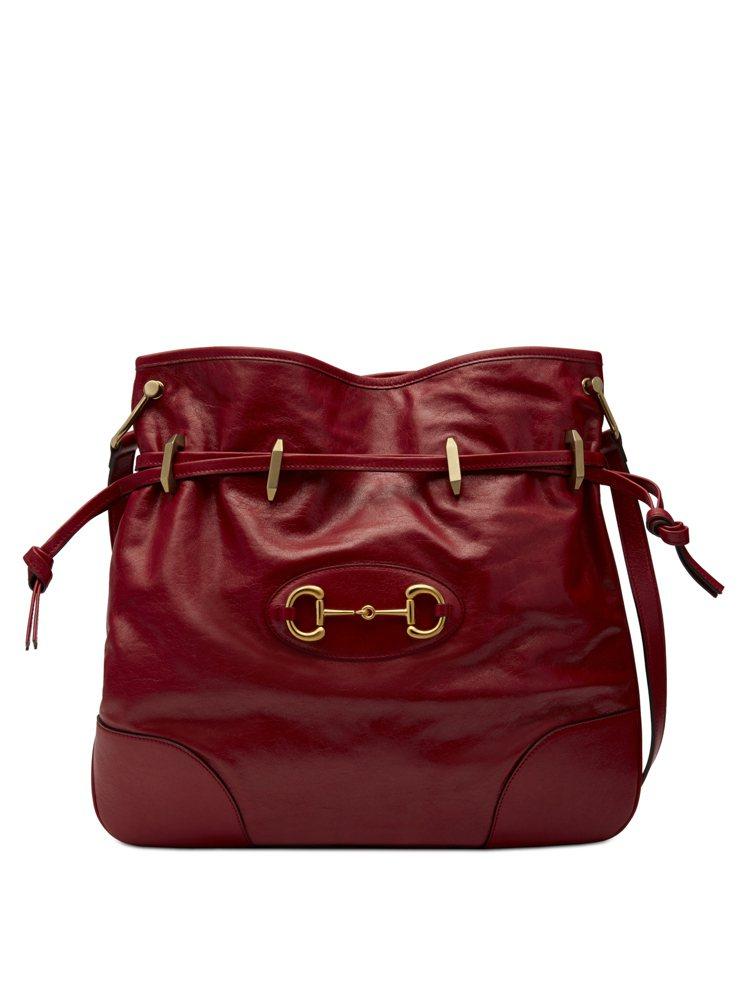 1955 Horsebit紅色皮革束口肩背包,84,400元。圖/GUCCI提供