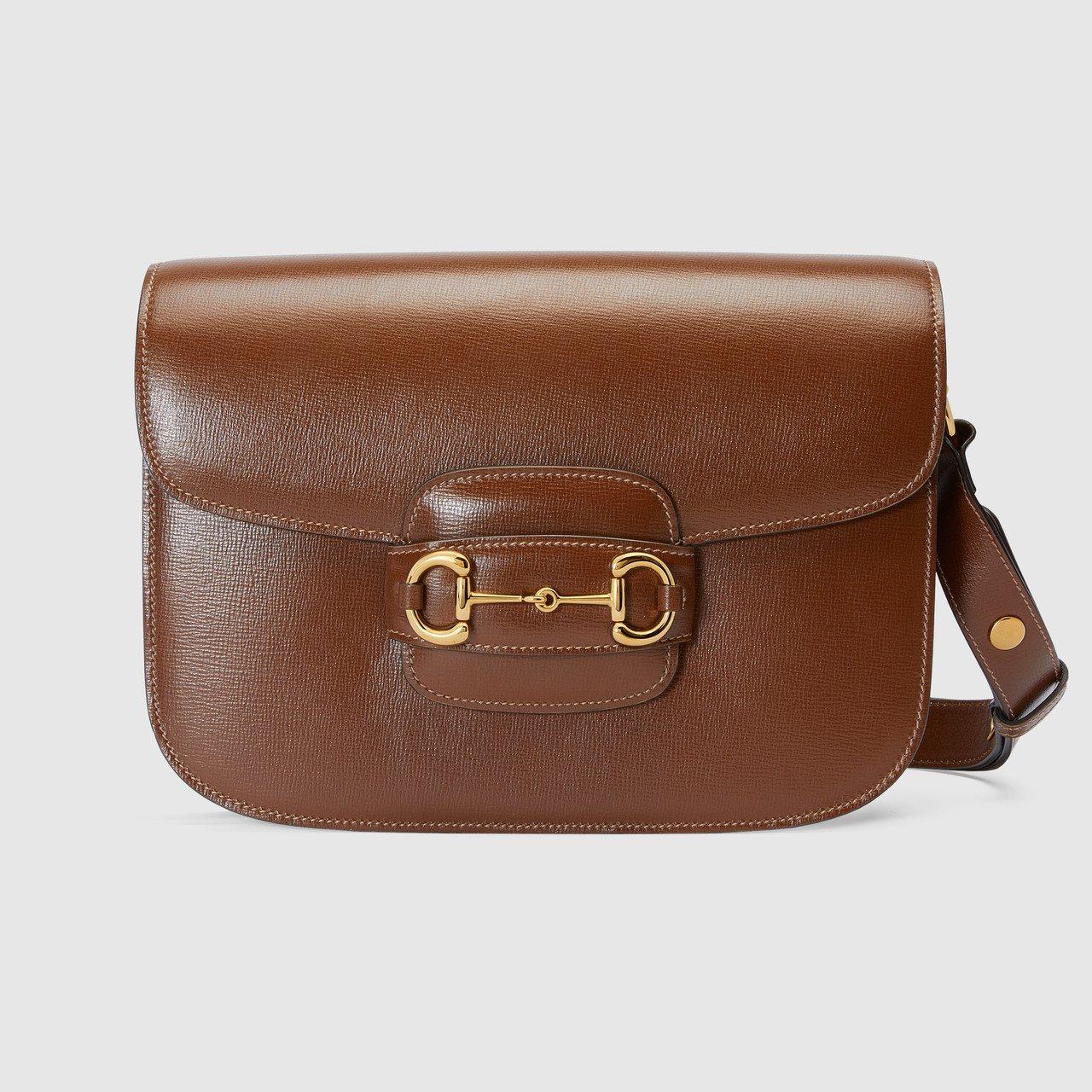 1955 Horsebit焦糖色復古皮革馬銜鍊肩背包,84,400元。圖/GUC...