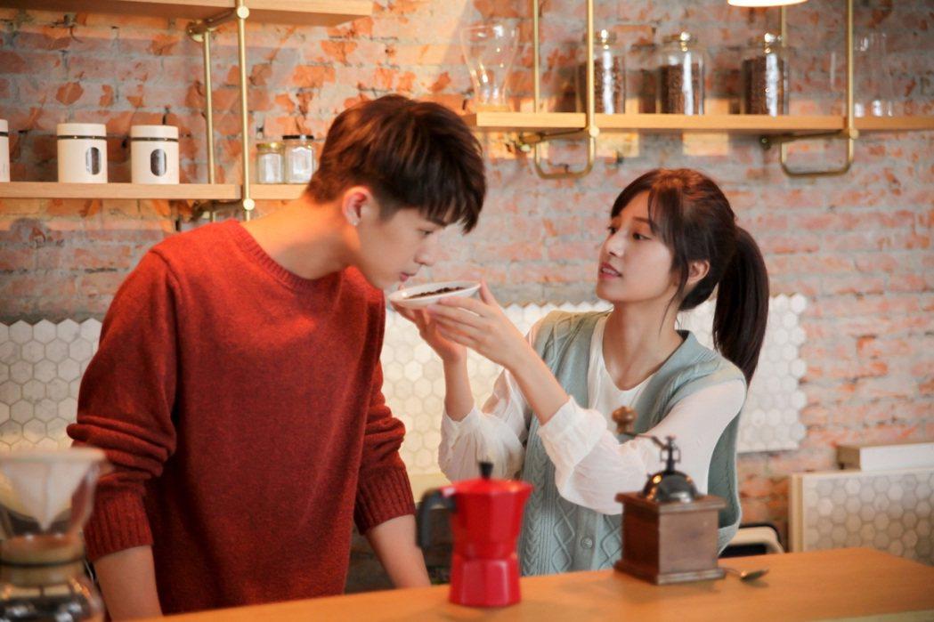 林亭翰(右)在MV中飾演愛上女老闆陳敬宣的員工。圖/青田音樂提供
