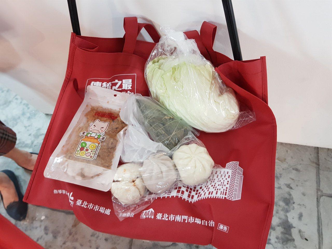 台北市南門中繼市場今天舉辦開幕儀式,市場於早上11點也開賣限量500個的開幕紀念...