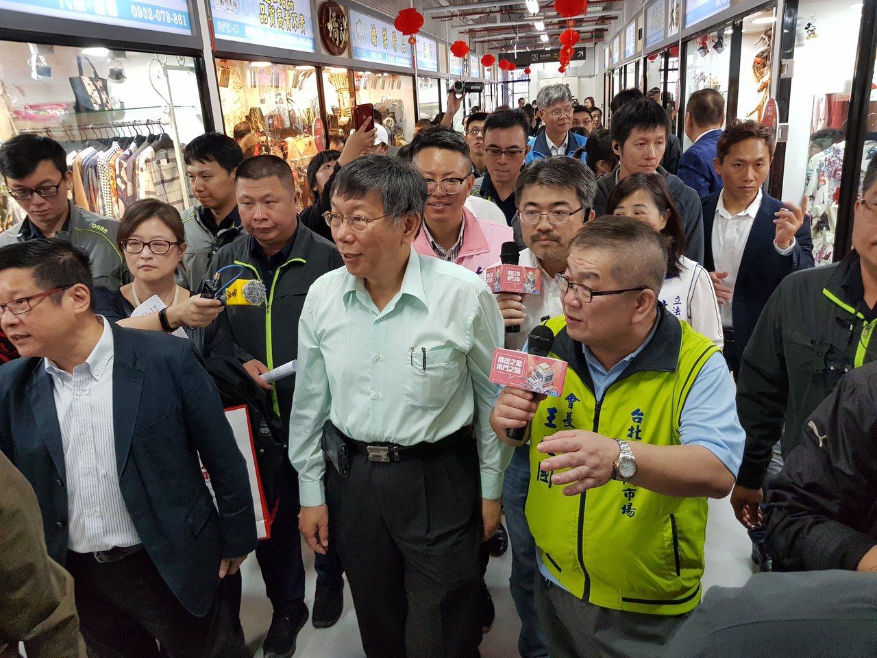 台北市南門中繼市場今天舉辦開幕儀式,台北市長柯文哲也到場祝福市場生意興隆,並在南...