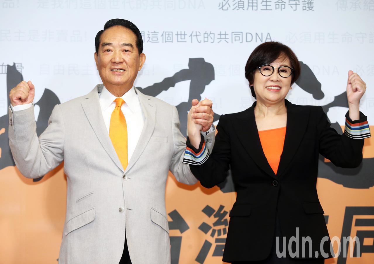 宋楚瑜公布余湘出任副手並拉起余湘的手加油打氣。記者徐兆玄/攝影