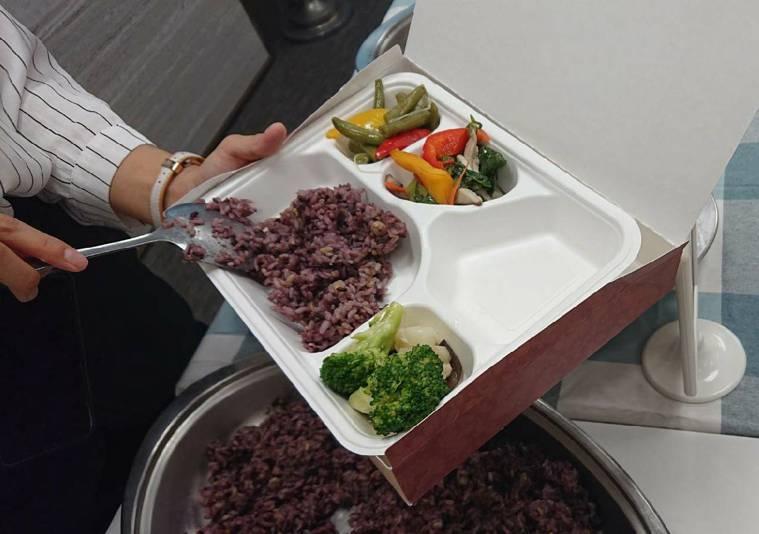 據國健署調查,六大類食物中,蔬果、奶類是最偏離飲食指南建議的類別。記者陳婕翎/攝...