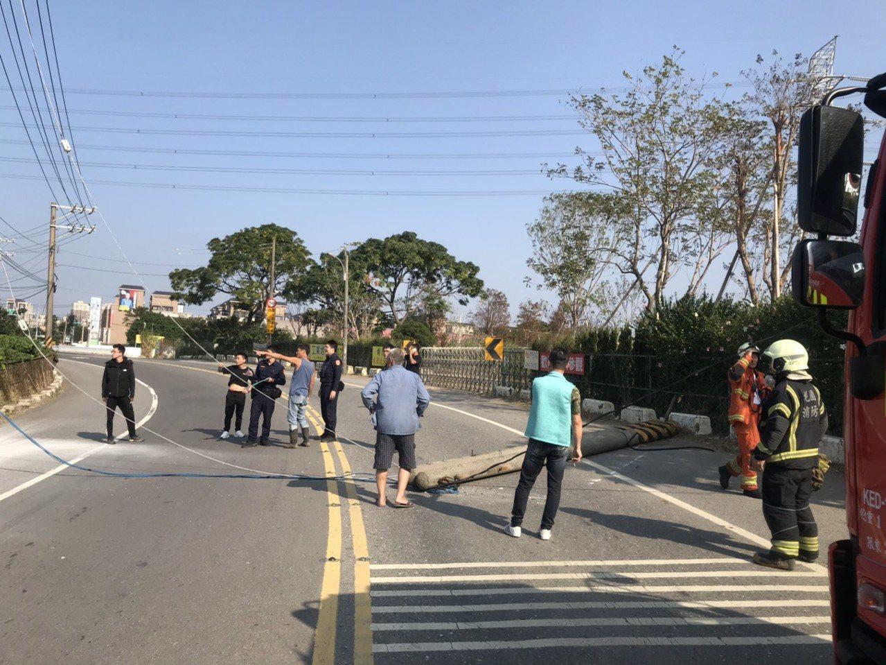蘆竹區南竹路私人工地施工不慎拉扯台電電線桿,2根電線桿倒塌路中、影響道路通行。記...