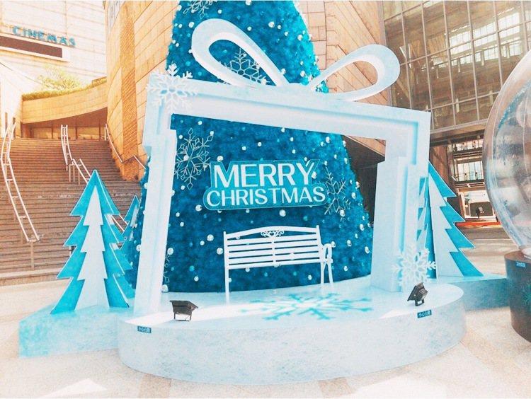 1米耶誕樹以及夢幻水晶球旁設置拍照點,讓逛街、看電影的民眾,拍下冬日美照。圖/美...