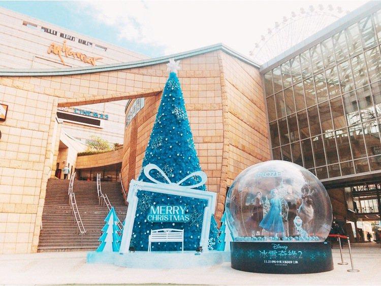 美麗華百貨聯手影城,打造全台唯一的「冰雪奇緣2」水晶球,以及11米高耶誕樹。圖/...