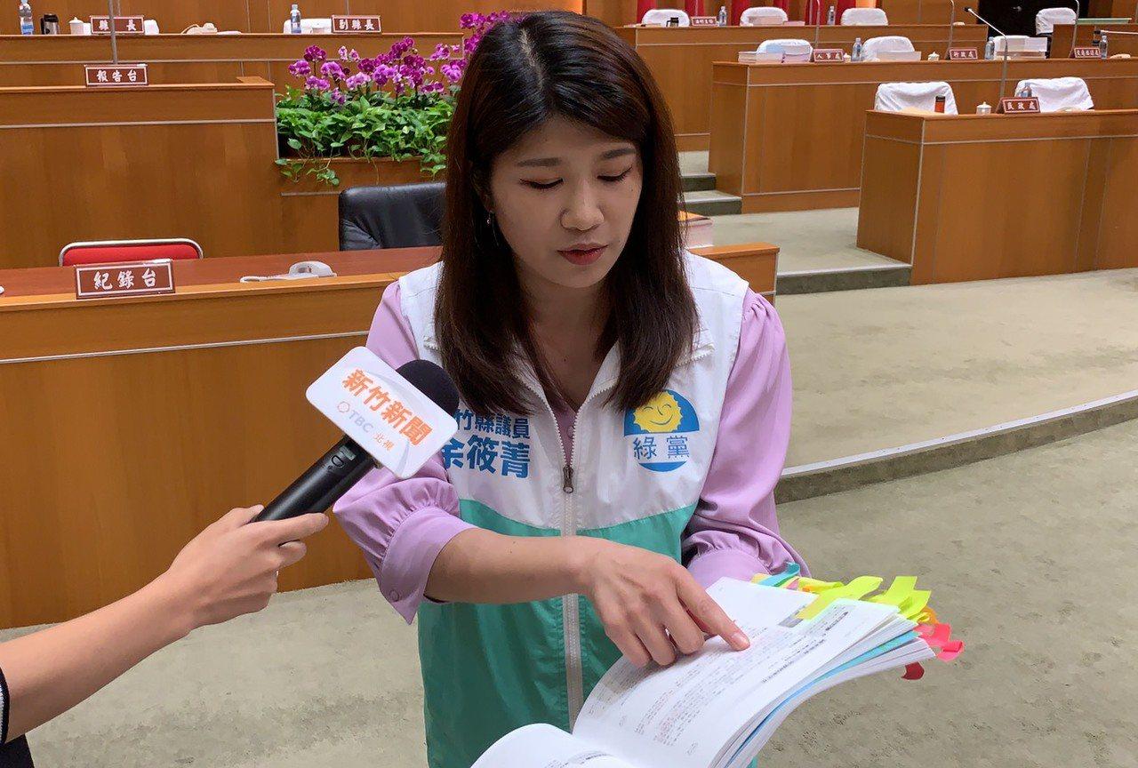 余筱菁拿出家長提供的教材,教材被家長貼滿便簽做記號,認為該頁有出現宗教字眼。記者...