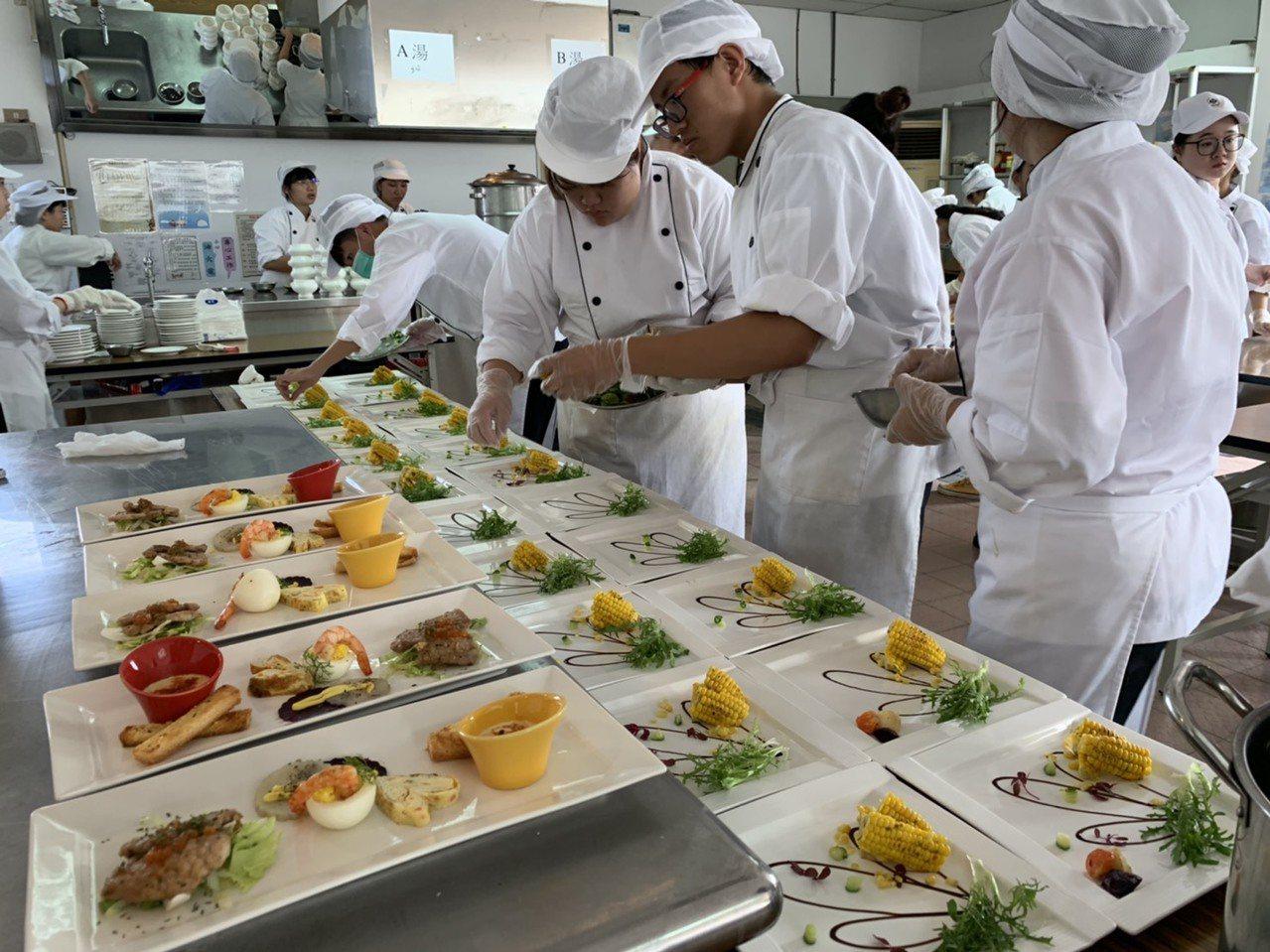 國立曾文家商餐飲科和綜合科餐營學程學生合力舉辦畢業品嘗會。記者吳淑玲/攝影