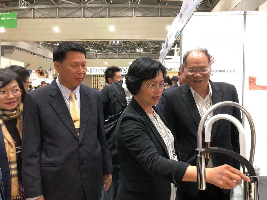 彰化縣長王惠美(右二)率領彰化縣水五金業者,參加今天開幕的2019年日本住宅建築展,並實地參觀參展的水五金產品。照片/彰化縣政府提供