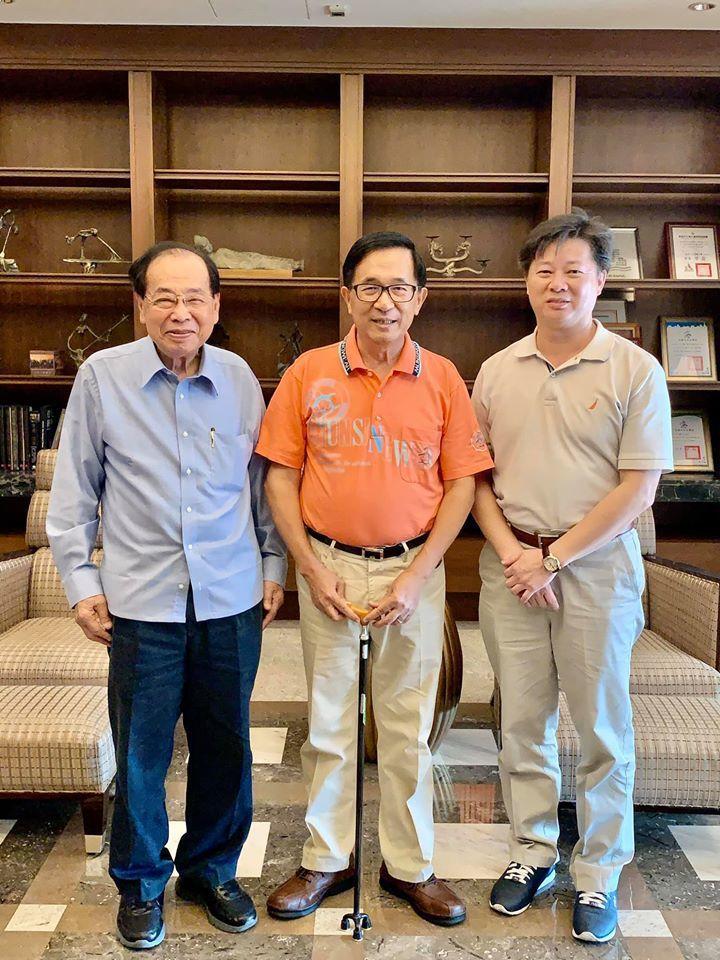 前總統陳水扁(中)今天在臉書貼出與前台南市長張燦鍙(左)的合照,並貼文表示張燦鍙...