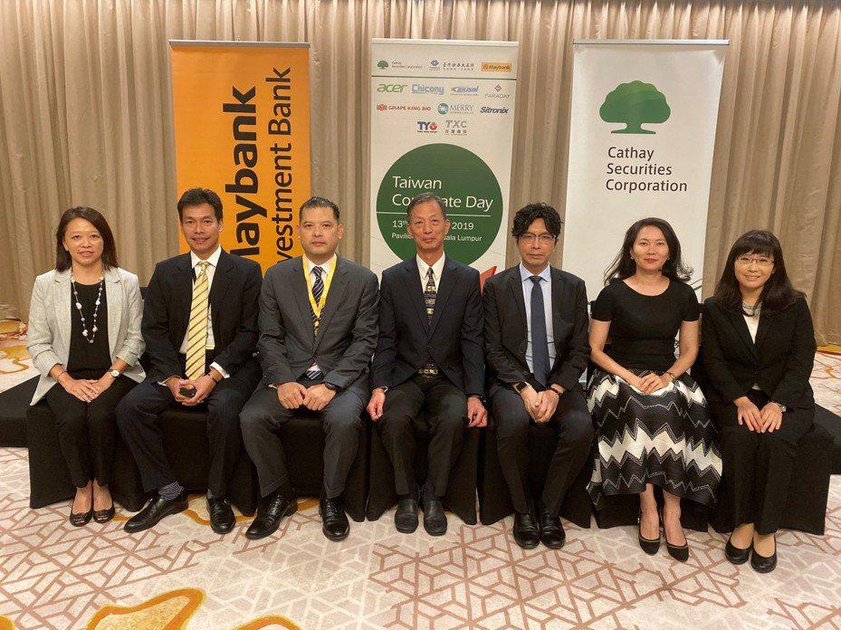 證交所資深經理單高年(中)、國泰期貨研究部主管王誌霖(右三)及馬來亞銀行主管Patrick Han(左三)共同於馬來西亞行銷臺灣資本市場。 圖/證交所提供