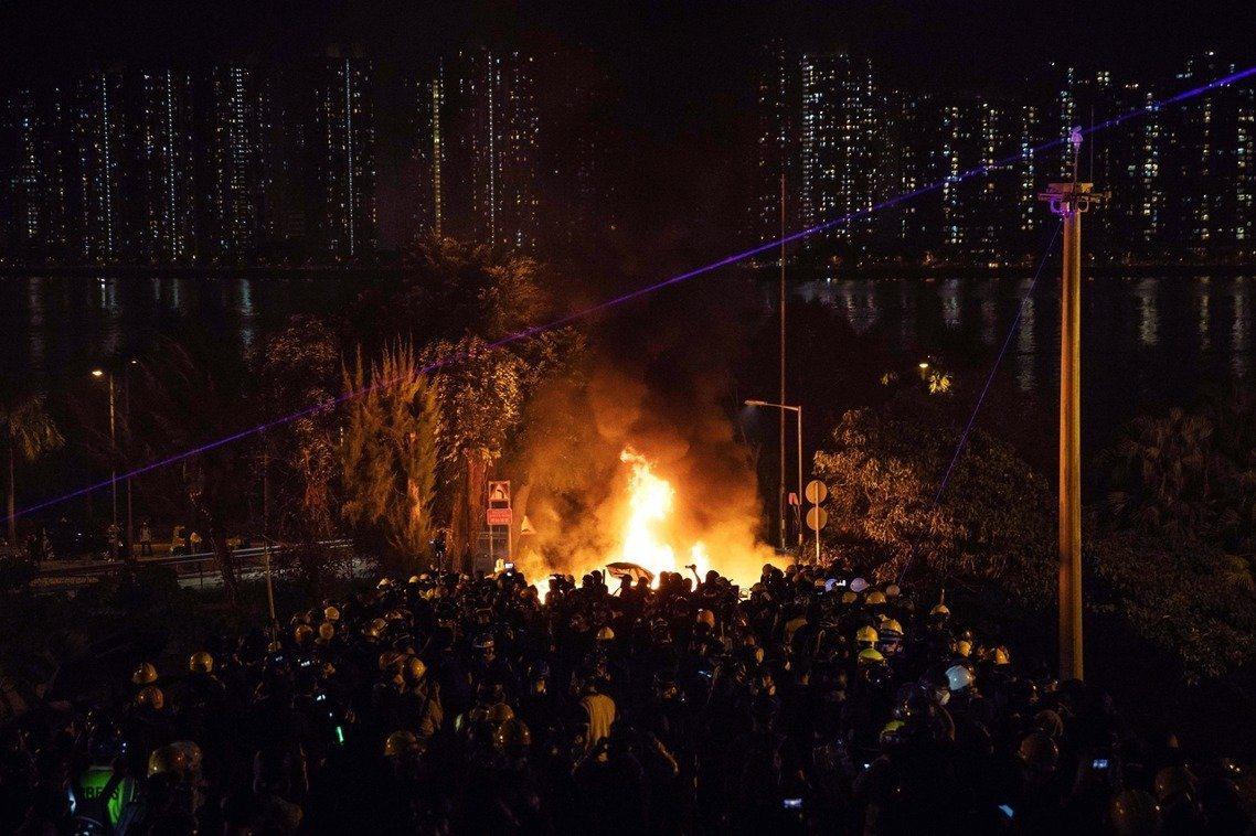 香港警方連日進入多所香港大學校園,與香港學生發生暴力對峙。(法新社)