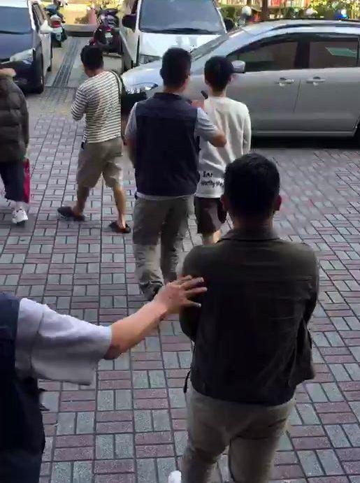 警方在熊貓數位公司等據點,逮捕涉案的18名男女。記者林保光/翻攝